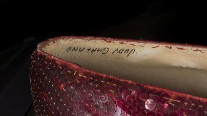 El FBI recupera los zapatos rojos de Judy Garland en 'El mago de Oz'