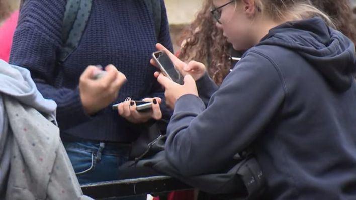 Piden al Govern que prohíba el uso de móviles a alumnos en las escuelas