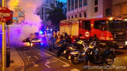 Un coche se quema en el centro de Palma a primera hora de la mañana