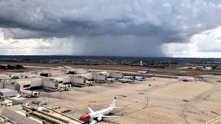 Retrasos en los vuelos con origen o destino los aeropuertos de Mallorca e Ibiza a causa de las tormentas