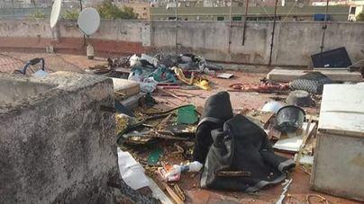 Basura, carne en descomposición y gusanos: vertedero en una terraza de pisos de Son Gotleu