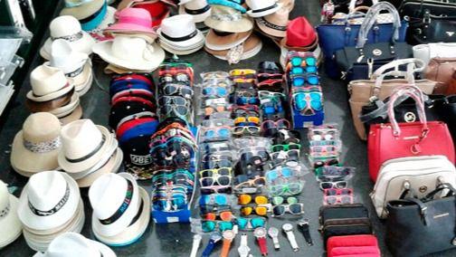 Operación policial y de la Agencia Tributaria contra la venta de falsificaciones en Platja de Palma