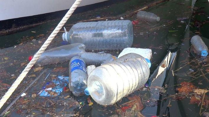 Denuncian que plásticos y residuos se acumulan en las aguas del puerto del Portixol en Palma