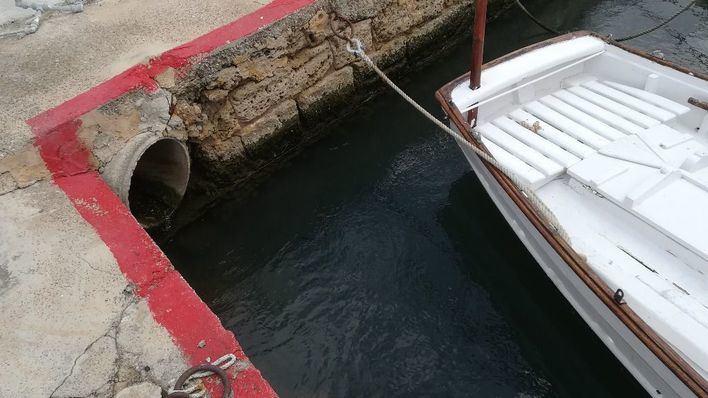 Una tubería vierte aguas sin depurar de origen desconocido en el Club Marítimo del Molinar