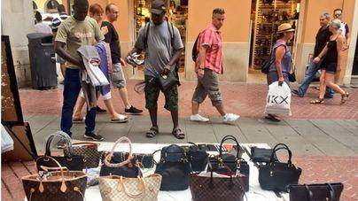 Policía y Aduanas llevan incautados este año 80.000 objetos del top manta