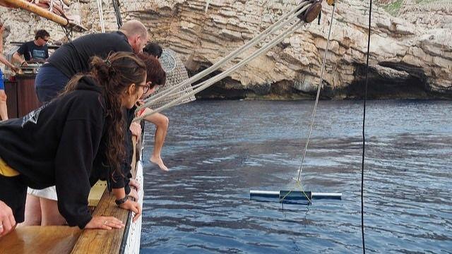 Un velero filtrará micro plásticos y seguirá a tortugas en Menorca