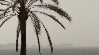 Lluvia sobre las Illes Malgrats vista desde la costa de Calvià