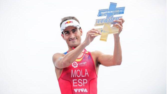 El rey, Sánchez y Armengol felicitan a Mario Mola por su tercer mundial de triatlón consecutivo