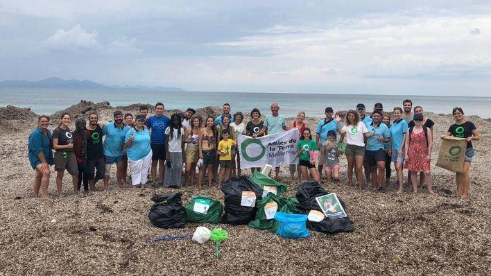 Más de 70 personas se unen para limpiar la playa en sa Canova en Artà