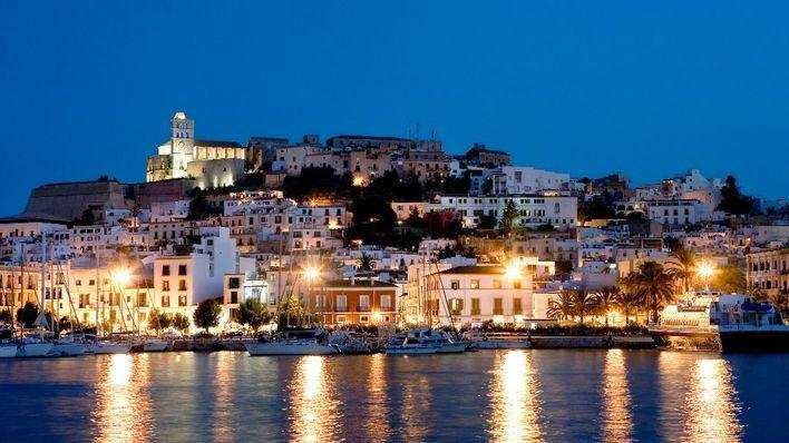 Los turistas puntúan con un 8,2 sobre 10 su experiencia en Ibiza
