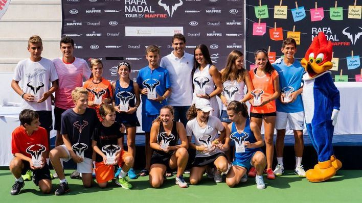 Nadal entrega los premios del V circuito juvenil 'Rafa Nadal Tour by Mapfre'