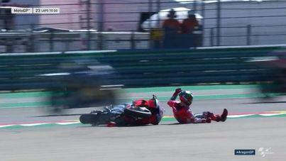 Brutal caída de Lorenzo en la primera curva del circuito del GP de Aragón