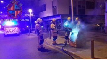 Arden otros cuatro contenedores de madrugada en las calles Arxiduc Lluís Salvador y Joan Miró