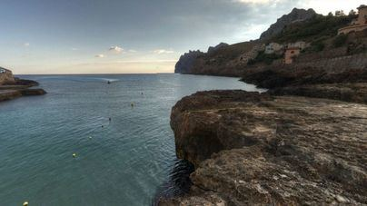 Un francés de 24 años, herido al saltar al mar desde 7 metros de altura en Cala Sant Vicenç