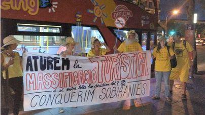 """CDR de Mallorca se plantan ante un autobús turístico para denunciar la masificación y la """"falta de soberanía"""""""