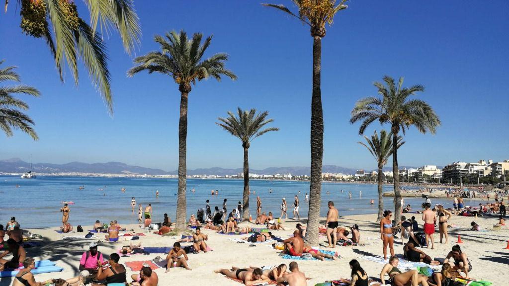 Venta ilegal de bebidas en plena playa de s'Arenal sin control sanitario