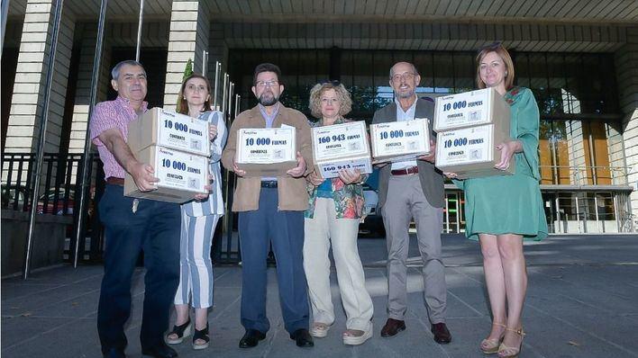 Entregan 220.000 firmas pidiendo pediatras en todos los centros de salud
