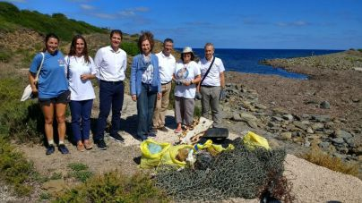 La Reina Sofía participa en una campaña de recogida de residuos en Menorca
