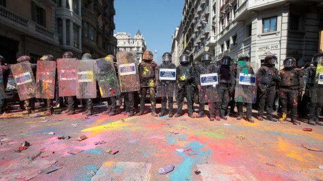 Los Mossos arremeten contra los soberanistas tras lanzarles polvos de colores