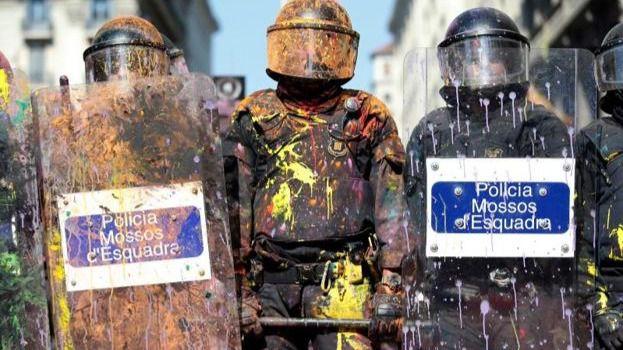Seis detenidos y 24 heridos en la manifestación independentista y de policías en Barcelona