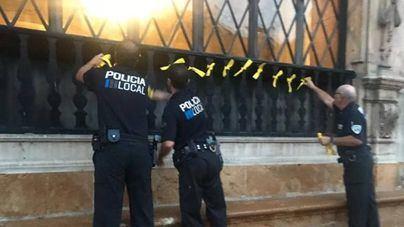 Enfado en los independentistas porque la Policía Local de Palma retira lazos amarillos de Cort