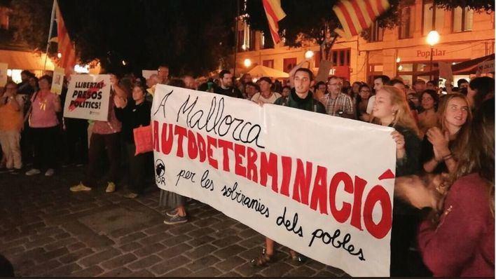 """Los CDR de Mallorca y los independentistas se manifiestan en Cort para """"romper con España"""""""