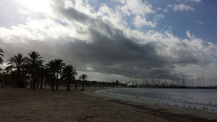 Nubes con probabilidad de chubascos fuertes en Mallorca