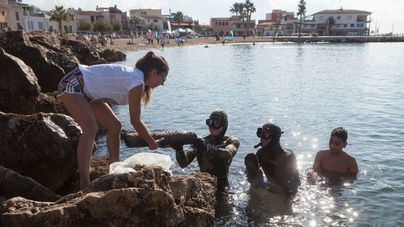 Buceadores y voluntarios en tierra y mar retiran 130 kilos de basura de la playa del Portitxol y del Toro