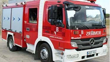 Los bomberos rescatan a un hombre del interior de un apartamento en llamas en el Port d'Alcúdia