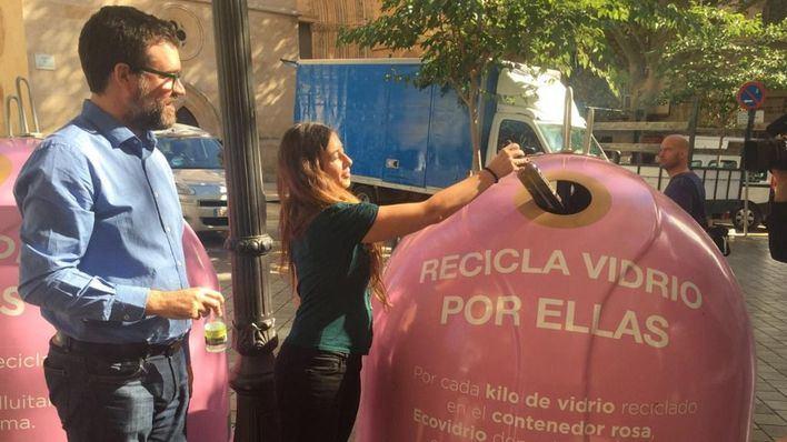 Recogen vidrio en 20 contenedores rosa en Palma contra el cáncer