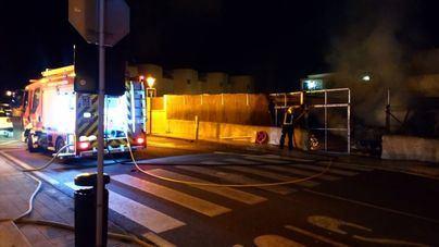 Un incendio en Formentera calcina una furgoneta y 21 motos
