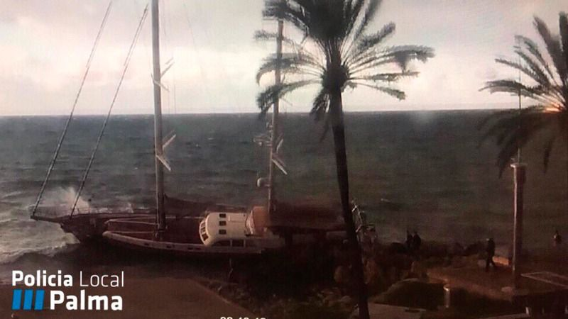 Un velero de 29 metros con dos tripulantes encalla frente a la playa de Can Pere Antoni