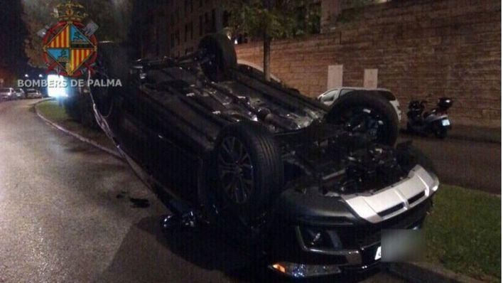Un coche choca con otro aparcado y vuelca en Palma