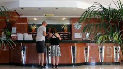 Turistas pagando la ecotasa en un hotel (archivo)