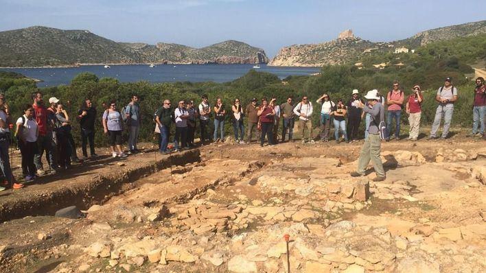 Cabrera acoge una visita arqueológica de unas 70 personas