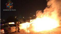 Un coche siniestro total y dos afectados por un incendio callejero en Palma
