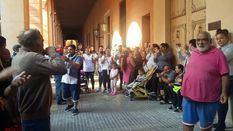 Los vecinos de Son Banya protestan en el Parlament: 'Queremos casa'