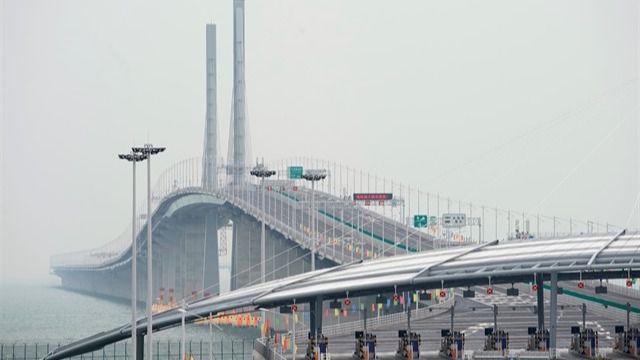 Los coches autorizados empiezan a circular por el macropuente chino