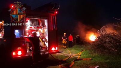 Una quema de poda incontrolada arrasa con coches abandonados en Son Oms