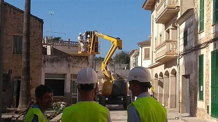 Comienzan las tareas de demolición de las dos viviendas de Sant Llorenç más afectadas por las inundaciones