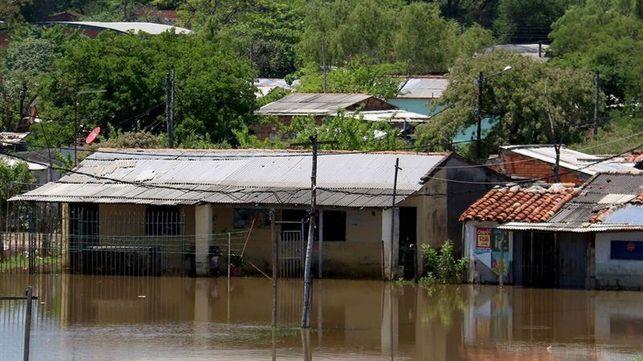 Inundaciones en Asunción obligan a evacuar a más de 1.100 familias