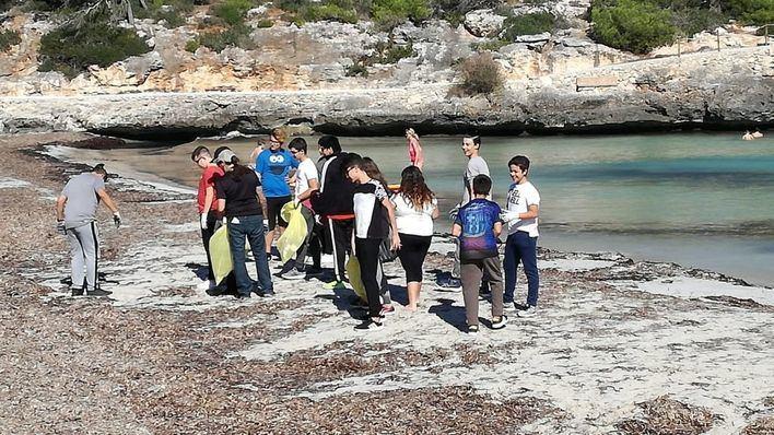 Alumnos del IES Santanyí recogen 35 kilos de residuos del Parc Natural de Mondragó