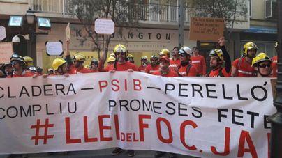 Los bomberos se manifiestan ante el Parlament y piden la dimisión de Cladera y Perelló