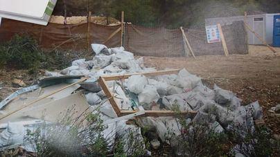 Denuncian el vertido de 150 sacos de escombros en Cala Vinyes