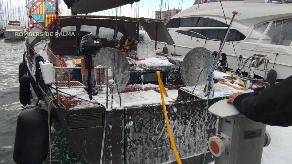 Dos heridos por intoxicación de humo en el incendio de un velero en el Puerto de Palma