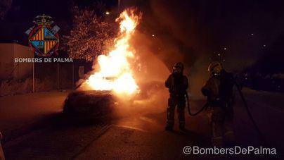 Un incendio de madrugada calcina un coche en el polígono de Levante
