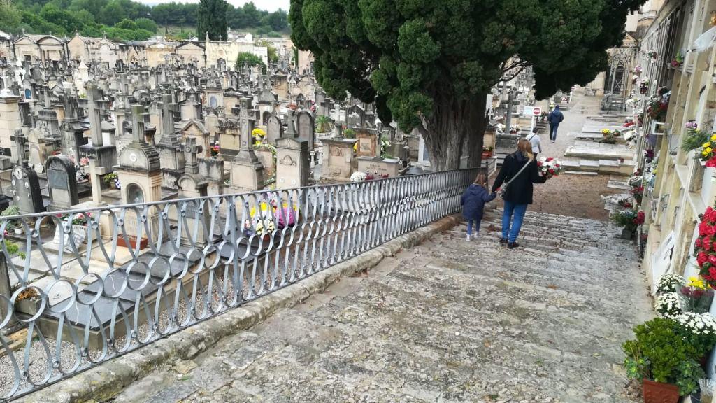 Tots Sants pasado por agua: el mal tiempo merma la afluencia de visitantes a los cementerios