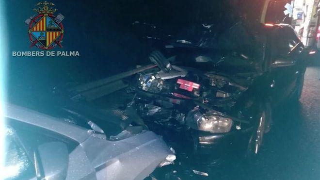 Dos personas atrapadas en un choque frontal entre dos coches cerca del Aqualand