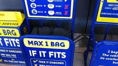 Facua critica que el Gobierno no impida que Ryanair cobre por el equipaje de mano