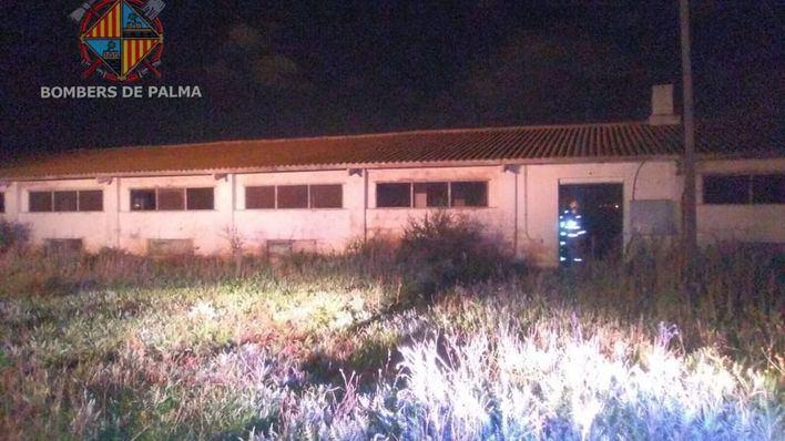 Un incendio quema el interior de una antigua granja de pollos en Palma